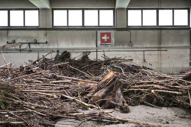 In dieser Halle liess das Wasser grosse Mengen Treibholz und Schlamm zurück