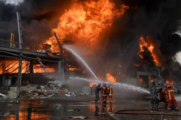 Die Feuerwehr versucht, den Brand unter Kontrolle zu bringen.