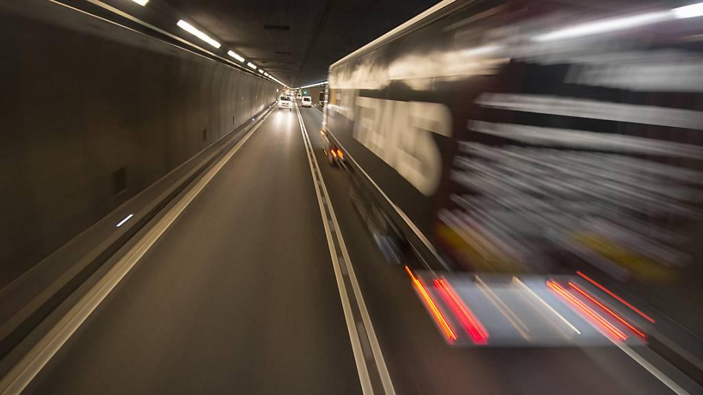 Vor dem Gotthardstrassentunnel stauen sich die Autos kilometerlang