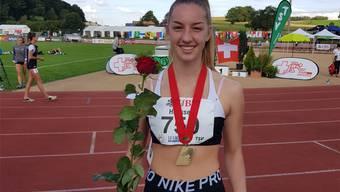 Leichtathletin Lenja Heusser freut sich über Gold. Bild: zvg