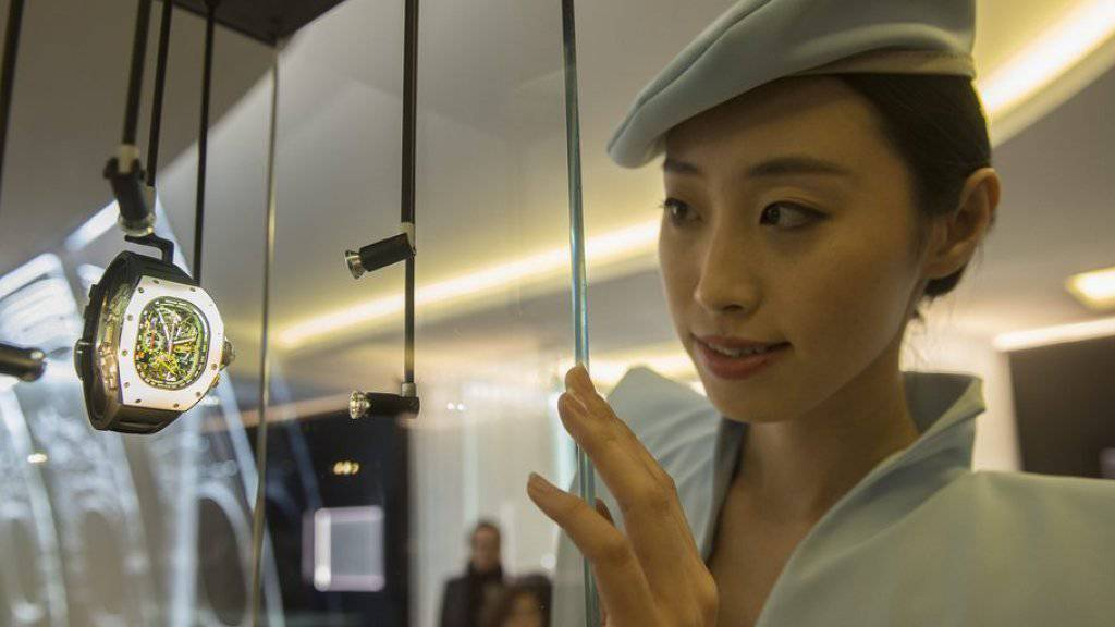 Eine Hostesse am Stand von Richard Mille am Uhrensalon in Genf.