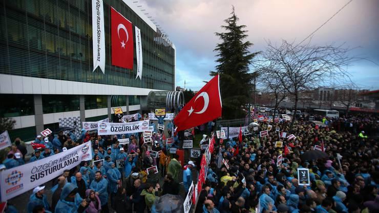 Demonstranten vor dem Zaman-Redaktionsgebäude.