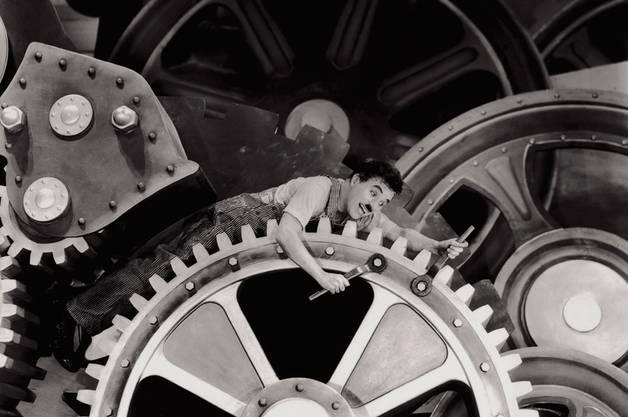 Wie die Maschinenwelt den Menschen einverleibt – keiner zeigte das eindrucksvoller als Chaplin in «Modern Times». Später im Film hebt der Tramp netterweise eine rote Fahne auf, die von einem Lastwagen gefallen war, und gerät in einen Protestzug. Man argwöhnte «Kommunismus», aber so war es nicht gemeint. Die Schlussszene zeigt den Tramp und das Waisenmädchen Hand in Hand in die Zukunft gehen – Aussteiger und nicht Revolutionäre. Chaplin war nicht naiv, sondern durchschaute den Kapitalismus. Aber ein Film sollte keine «Botschaft« transportieren.