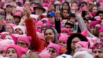 Mit Strickmütze und viel Ironie gegen Trumps Sexismus: Auch Männer schlossen sich dem «Women's March» in Washington am 21. Januar an.