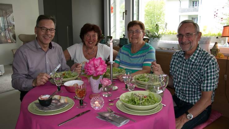 Eine muntere Runde (v.l.): Stephan, Marie-Theres und Urs lassen sich von Gilas (Tischmitte) frischem Garten-Salat mit Minze und Nüssen verführen.