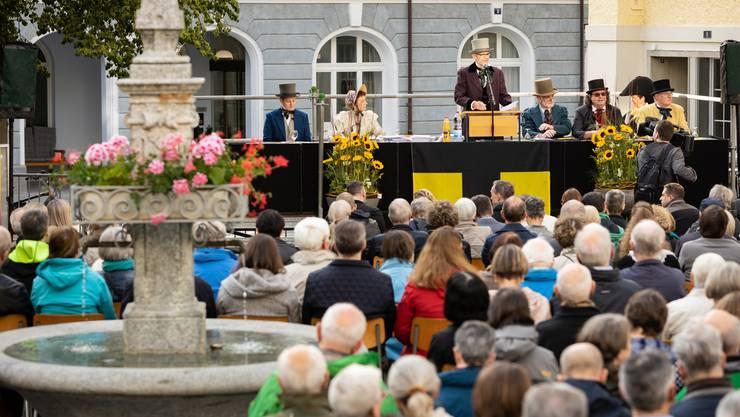 Anlässlich der Feierlichkeiten 200 Jahre Gemeinde Ennetbaden wurde die Gemeindeversammlung auf dem Postplatz wie eine Landsgemeinde veranstaltet. Die Gemeinderäte erschienen in historischen Kostümen.