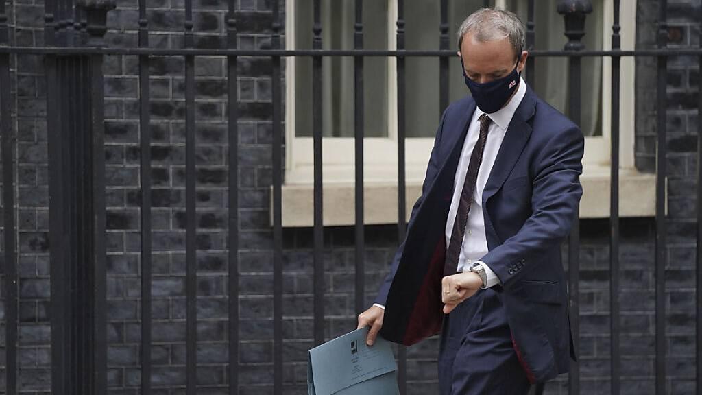 Gerade noch im Urlaub: Britische Regierung in der Kritik