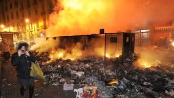 Brennender Abfall in Neapels Strassen. (Archiv)