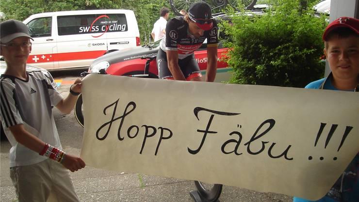 Tuchfühlung mit dem Idol: Fabian Frésnard (r.) und Michael Graber stehen für Fabian Cancellara Spalier.