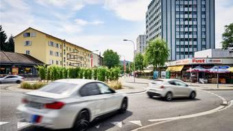 Lauter als die Polizei erlaubt: Die Landstrasse in Wettingen ist beliebt bei Fahrern, die Motoren aufheulen lassen und nach Kreiseln stark beschleunigen. Bild: Colin Frei