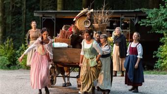 Das Fuhrwerk des Hausierers Brönnimann kommt mit Gefolge auf den Platz.