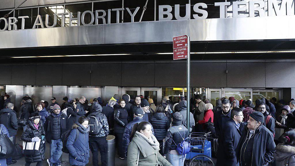 Am Busbahnhof im New Yorker Stadtteil Manhattan zündete ein Mann einen selbstgebauten Sprengsatz. Er verletzte sich und drei weitere Personen.