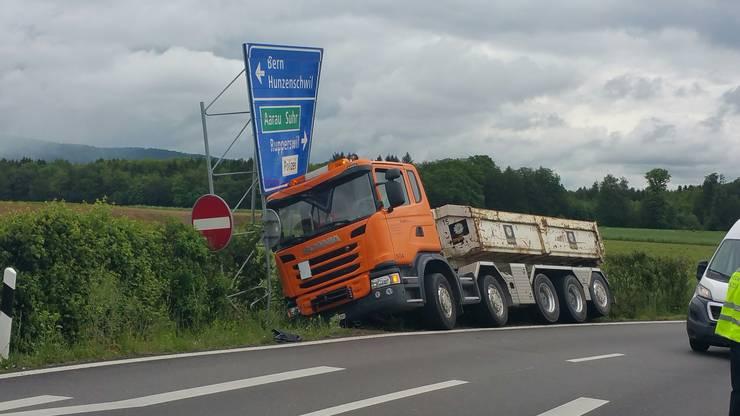 Der mit Belagsaufbruch beladene LKW rammte ein grosses Strassenschild am Ende der Ausfahrt.