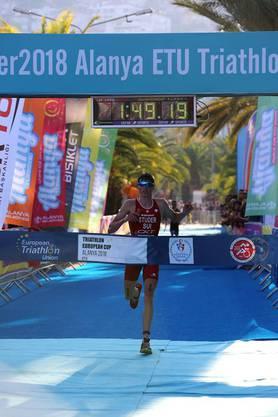 Sieger Max Studer beim Zieleinlauf – sein jüngerer Bruder Felix schaffte es bei seinem ersten internationalen Triathlon auf den guten 17. Platz.