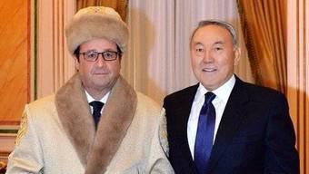 Kasachische Garderobe: François Hollande und Gastgeber Nursultan Nasarbajew.