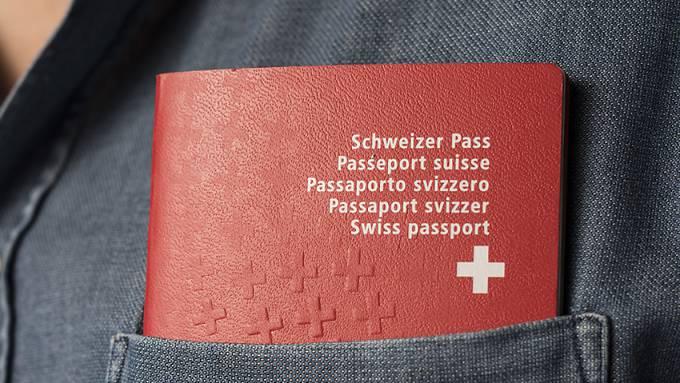 Mit dem Schweizer Pass in der Tasche verdienen Ausländer im Schnitt 5000 Franken pro Jahr mehr. (Symbolbild)