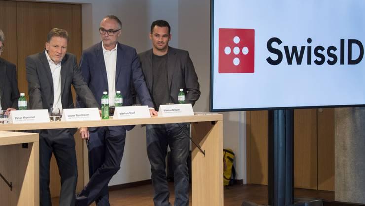 """Vertreter von SBB und Post präsentieren die """"einheitliche digitale Identität für die Schweiz."""""""