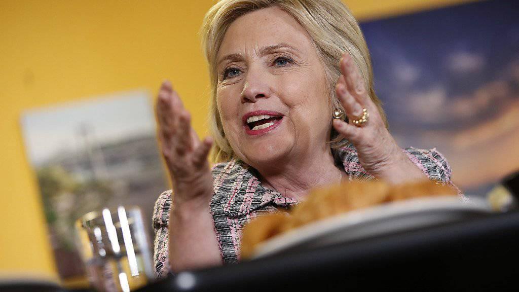 Noch rund 20 Delegiertenstimmen fehlen ihr, um sich die Nomination definitiv zu sichern: Die demokratische Präsidentschaftsanwärterin Hillary Clinton.