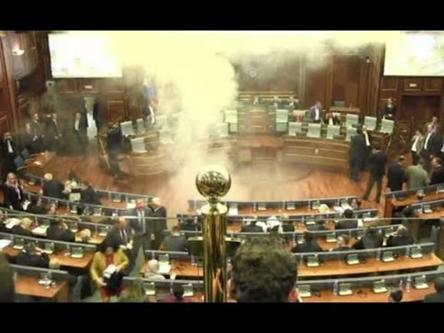 Tränengasgranaten im Parlament: Auch 2015 setzte ein Politiker Tränengas ein