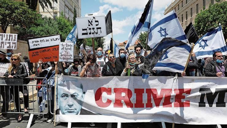 Netanjahus Kritiker demonstrierten vor dessen Wohnsitz in Jerusalem gegen den streitbaren Premierminister.