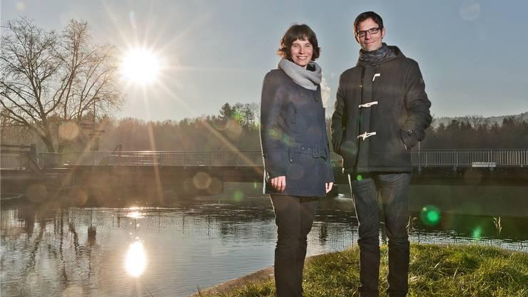 Heute kein Badewetter: Mike Schaerer und Karen Schärer auf dem Spitz der Insel zwischen den Aarekanälen bei Aarau.