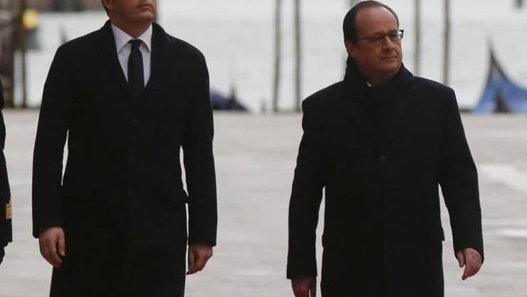 Roter Teppich vor dem Dogenpalast: Der italienische Premier Renzi (links) läuft mit dem französischen Präsidenten François Hollande die Ehrengarde in Venedig ab.