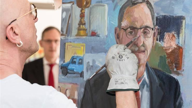 Der Zürcher Künstler Alex Zwalen bei einer Malsitzung im Büro von Regierungsrat Mario Fehr.