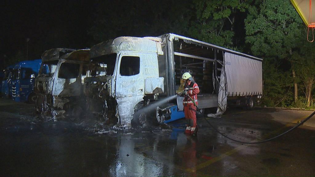 Zwei Sattelmotorfahrzeuge fangen im Industriegebiet Feuer