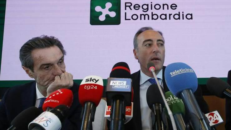 Giulio Gallera, der Gesundheitsbeauftragte der norditalienischen Region Lombardei (r.), informierte bei einer Medienkonferenz über das dritte Todesopfer in Italien, das auf das neuartige Coronavirus zurückzuführen ist. (Archivbild)
