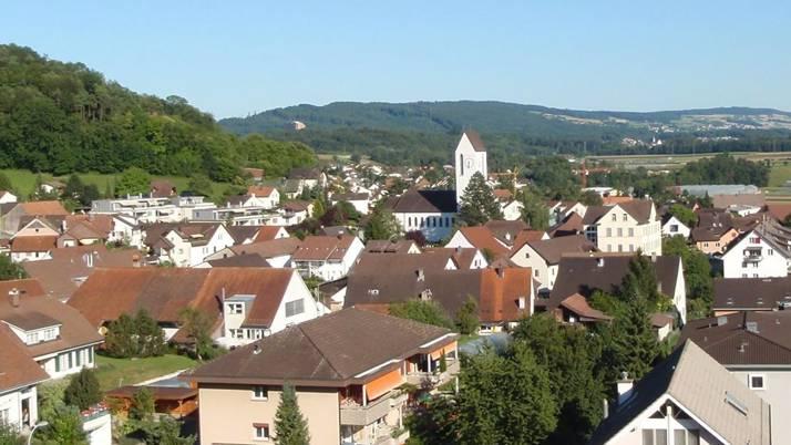 Im Dorfzentrum existieren viele zerstückelte Parzellen. Gemeindeammann Edith Saner wünscht sich eine Planung über Parzellengrenzen hinweg.ZVG/Archiv