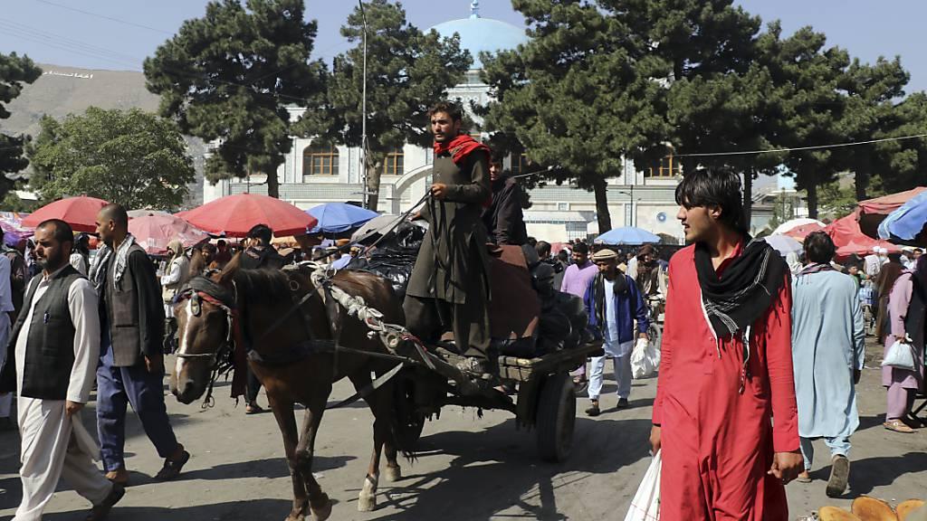 «Drohender ökonomischer Kollaps, Dürre, Hungersnot»: Die Schweiz erhöht ihren Beitrag für Hilfe vor Ort in Afghanistan. Im Bild: Strassenszene in Kabul Anfang September.
