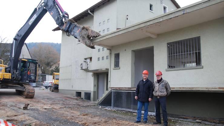 Gemeindeammann Willy Schürch und Architekt Walter Hunziker vor dem Abbruch bereiten Gebäude. sh