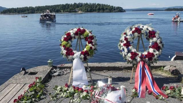 Kränze gegenüber der Insel Utøya (Bild vom 22. Juli 2013)
