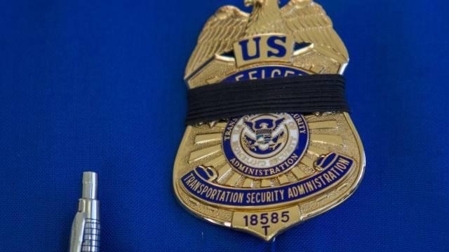 Marke eines TSA-Sicherheitsbeamten mit Trauerflor