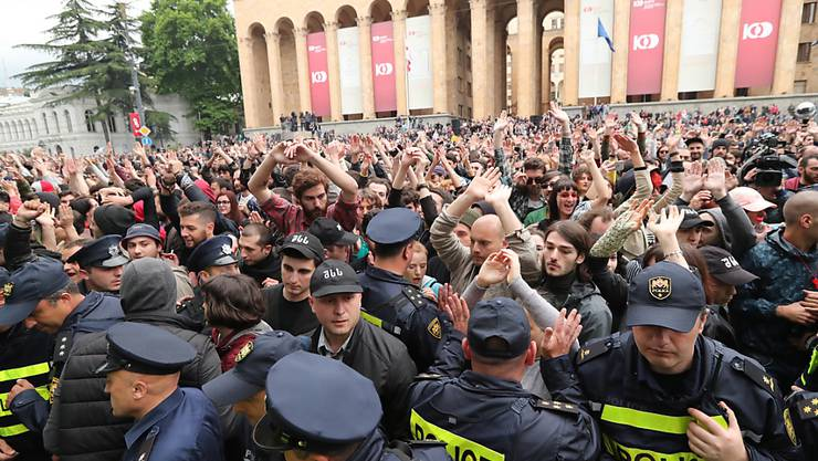 Tausende sind am Samstag in Georgien auf die Strasse gegangen, um gegen willkürliche Polizeiaktionen zu protestieren.