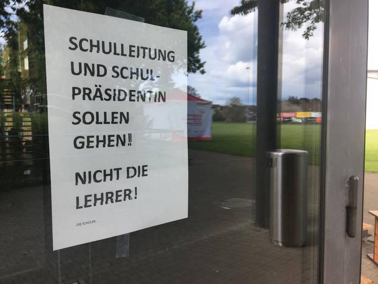 Dieser Zettel hing am Montag an der Türe des Schulgebäudes. (Bild: FM1Today)