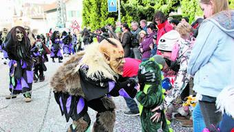Rund 3000 Umzugsteilnehmer aus Deutschland und der Schweiz begeistern das  Fasnachtspublikum. Auch der kleine Drache braucht keine Angst vor den Rheinsberg-Hexen aus Murg zu haben.