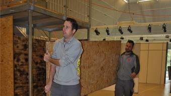 Bauchef Martin Essig (links) und Chef-Elektriker Marco Stäuble sind am Mittwochmorgen in der Stadthalle mit dem Hela-Aufbau beschäftigt. Nadine Böni