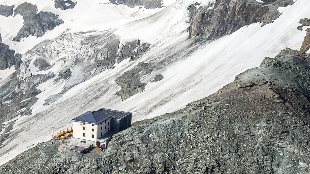 Unterhalb der Hörnlihütte am Matterhorn ist am Freitag ein 26-jähriger Mann in den Tod gestürzt. (Archivbild)
