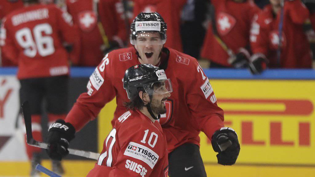 Andres Ambühl (kniend) trifft zum 2:0 gegen Weissrussland, Joel Genazzi freut sich mit ihm