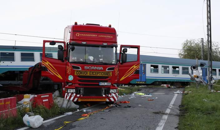 In der Nähe der norditalienischen Stadt Turin hat ein Zug einen Lastwagen gerammt. Die Eisenbahn entgleiste teilweise.