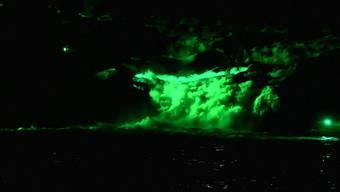 Abendliches Schauspiel in Neuhausen am Rheinfall: Das Wasser leuchtet Grün.