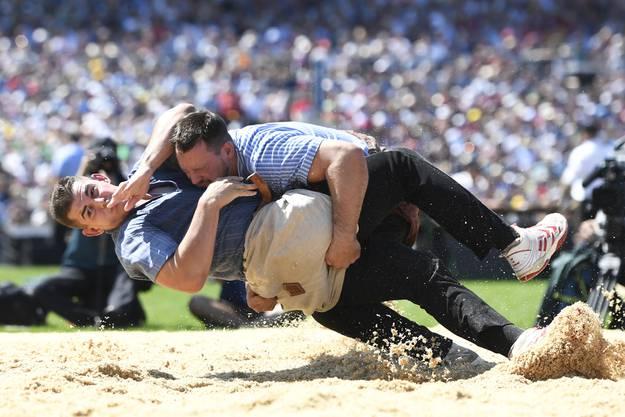 Im siebten Gang unterliegt Andreas Döbeli (l.) gegen den König von 2010 Kilian Wenger (r.).