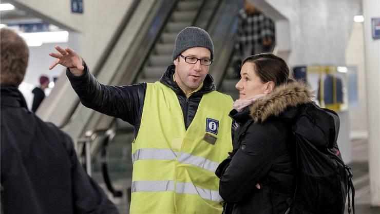 Kundenberater der SBB zeigen den Pendlern, wo sie hinmüssen. Insgesamt sind am Hauptbahnhof 25 von ihnen im Einsatz.