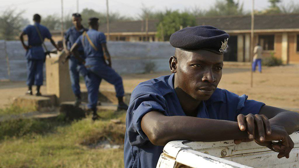 Polizeikräfte versuchen Burundis Hauptstadt Bujumbura zu beruhigen.