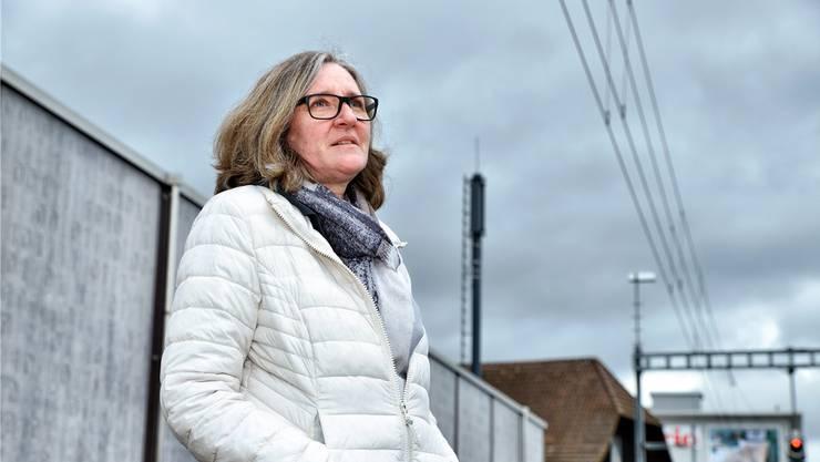 Gabriella Bhend leidet unter dem omnipräsenten Elektrosmog. Besonders schlimm sind für sie Bahnhöfe – wie jener in ihrer Wohngemeinde Suhr. Samuel Schumacher
