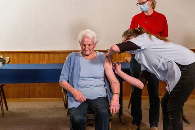 Eine 89-jährige Bewohnerin eines Pflegeheims war am Dienstag die erste Aargauerin, die gegen Covid-19 geimpft wurde.