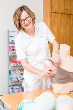 Mit Brustprothesen kann das äussere Erscheinungsbild nach einer Operation wieder hergestellt werden. Katharine Röthlisberger erklärt Patienten in ihrem Sprechzimmer, welche Möglichkeiten sie nach der Behandlung haben.