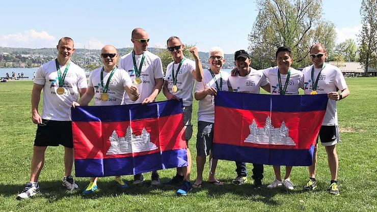 Kaputt, aber glücklich: Chork Chhit (3.v.l.) und seine Freunde haben erfolgreich den Zürich Marathon absolviert und Spenden für Kambodscha gesammelt.
