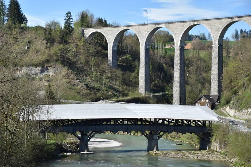 Brücke und Brücke: Im Vordergrund die Thurbrücke aus Holz. (Bild: Tagblatt/Timon Kobelt)